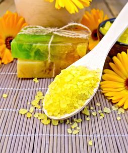 Salt yellow and soap with calendula on bambooの写真素材 [FYI00652648]