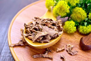 Root dry of Rhodiola rosea in spoon on trayの写真素材 [FYI00652653]