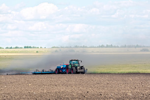 Tractor working on arable landの写真素材 [FYI00652712]