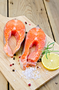 Trout on board with lemon and rosemaryの写真素材 [FYI00652720]