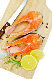 Trout with lemon and knife on plankの写真素材 [FYI00652722]