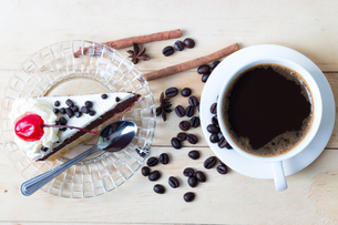 coffee and cake sweets dessert on wood desk in morningの写真素材 [FYI00652726]