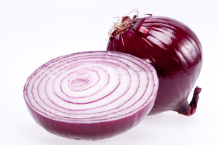 the cut red onion isolated on white backgroundの写真素材 [FYI00652740]