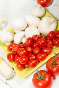 cherry tomatoes and  Paris mushroomsの写真素材 [FYI00652756]