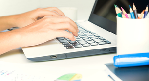 closeup hand typing on keyboard laptop business workの写真素材 [FYI00652769]