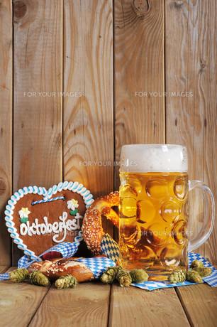 bavarian gingerbread heart with beerの写真素材 [FYI00652775]