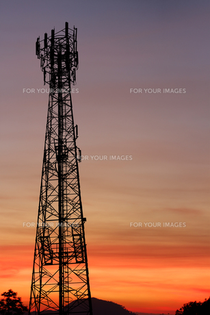 silhouette communication tower telecoms at sunsetの写真素材 [FYI00652782]