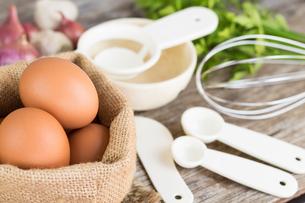 closeup egg ingredient raw foodの写真素材 [FYI00652836]