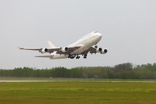 Plane taking offの写真素材 [FYI00652861]