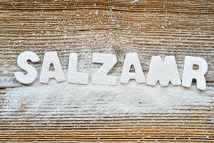 salt on wooden boardの写真素材 [FYI00652889]