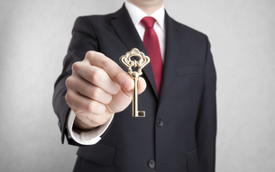 Golden key in businessman hand with clipping pathの写真素材 [FYI00652972]