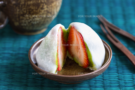 Daifuku with strawberry and greentea fiilingの写真素材 [FYI00653015]