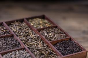 Dry tea in crateの写真素材 [FYI00653127]