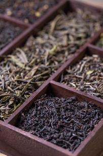 Dry tea in wooden boxの写真素材 [FYI00653130]
