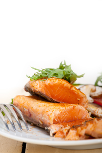 grilled samon filet with vegetables saladの写真素材 [FYI00653165]