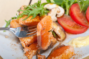 grilled samon filet with vegetables saladの写真素材 [FYI00653166]