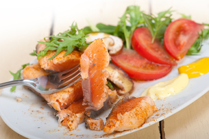 grilled samon filet with vegetables saladの写真素材 [FYI00653167]
