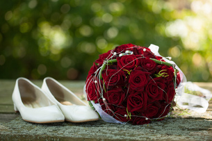 bridal bouquet and bride's shoesの写真素材 [FYI00653180]