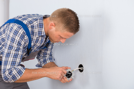 Electrician Installing Electrical Socketの写真素材 [FYI00653350]