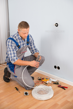 Electrician Working With Wire With Plierの写真素材 [FYI00653354]