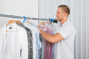 Young Man In Dry Cleaning Storeの写真素材 [FYI00653377]