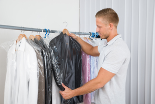 Young Man In Dry Cleaning Storeの写真素材 [FYI00653382]