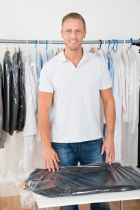Man Standing In Clothing Storeの写真素材 [FYI00653383]