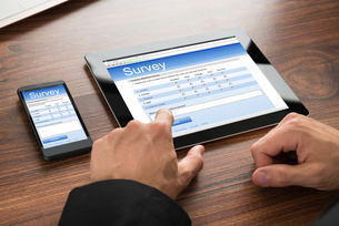 Businessman Filling Survey Formの写真素材 [FYI00653412]