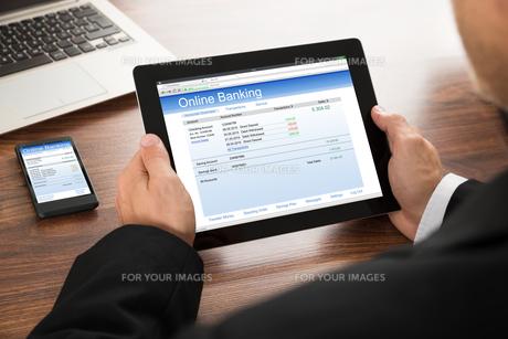 Businessman Online Bankingの写真素材 [FYI00653413]