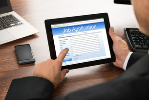 Businessman Filling Online Job Applicationの写真素材 [FYI00653414]