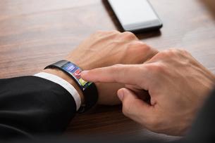 Businessman Calling Using Smartwatchの写真素材 [FYI00653418]