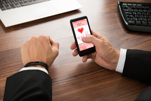 Businessman Checking Heart Rateの写真素材 [FYI00653422]