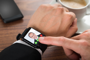 Businessman Video Calling Using Smartwatchの写真素材 [FYI00653423]