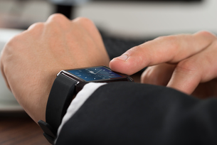 Businessman Checking Timeの写真素材 [FYI00653430]