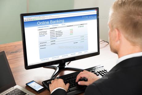 Businessman Using Online Banking Serviceの写真素材 [FYI00653432]