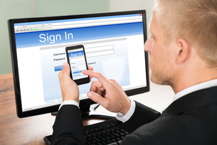 Businessman Signing In Email Accountの写真素材 [FYI00653433]