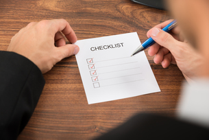 Person's Hand Filling Checklistの写真素材 [FYI00653448]
