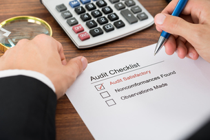 Person Filling Audit Checklist Formの写真素材 [FYI00653452]