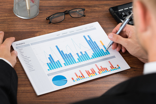 Businessperson Analyzing Graphの写真素材 [FYI00653468]