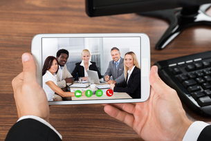 Businessperson Video Conferencing On Mobile Phoneの写真素材 [FYI00653471]
