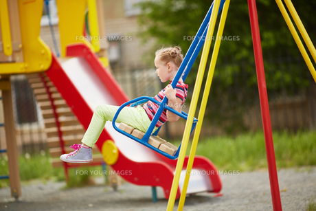 Girl swingingの写真素材 [FYI00653503]