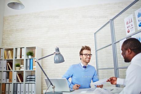 Interview in officeの写真素材 [FYI00653533]