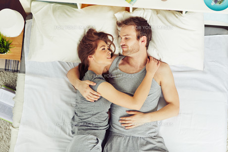 Couple in bedの素材 [FYI00653579]
