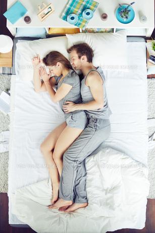 Couple sleepingの素材 [FYI00653598]