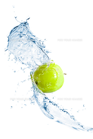 Green apple with water splash, isolatedの写真素材 [FYI00653612]