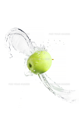 Green apple with water splash, isolatedの写真素材 [FYI00653613]