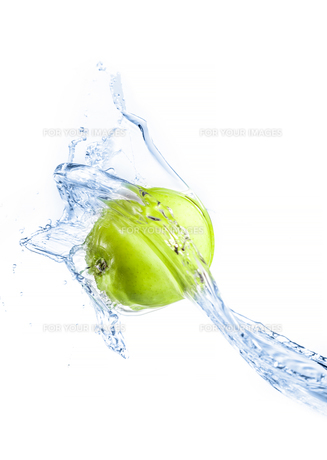 Green apple with water splash, isolatedの写真素材 [FYI00653614]