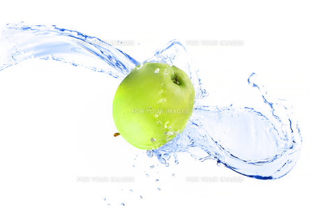 Green apple with water splash, isolatedの写真素材 [FYI00653615]