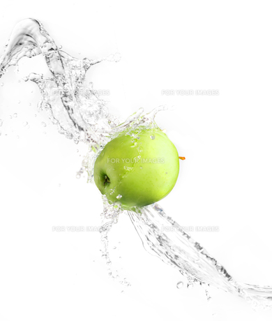 Green apple with water splash, isolatedの写真素材 [FYI00653616]
