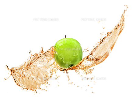Green apple with water splash, isolatedの写真素材 [FYI00653619]